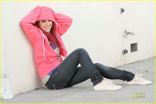 http://data.whicdn.com/images/10284341/Ariana-Grande-ariana-grande-14243785-1222-814_large.jpg?1306754949