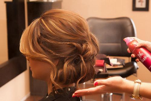 Прическа на средние волосы приподнятые к верху