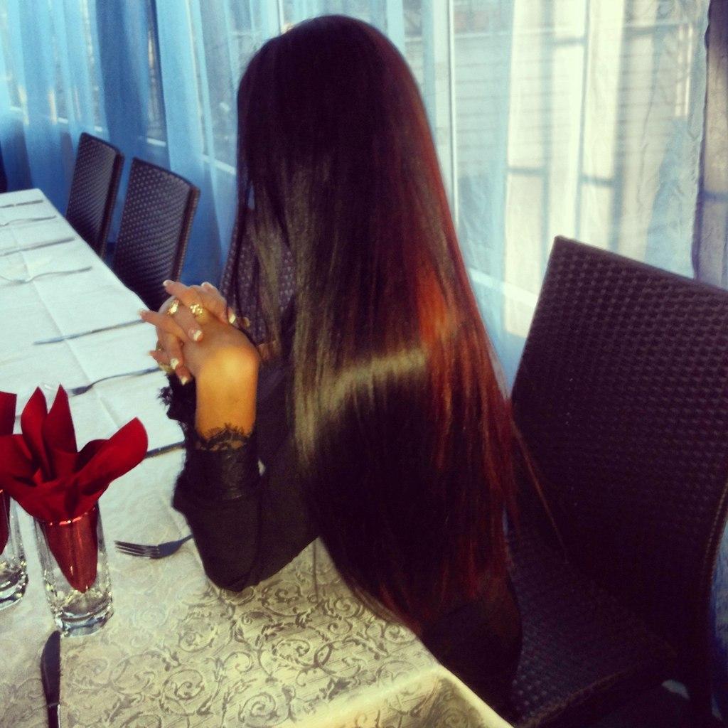 Фото девушек брюнеток со спины дома с