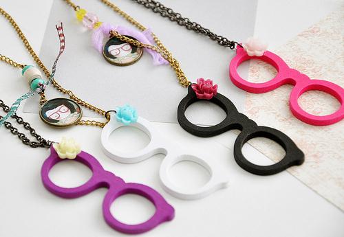 اروع الاكسسورات،اكسسورات دلع،اكسسورات ولا اروع fashion-flower-girl-glasses-gold-necklace-Favim.com-55327_large.jpg?1308220134