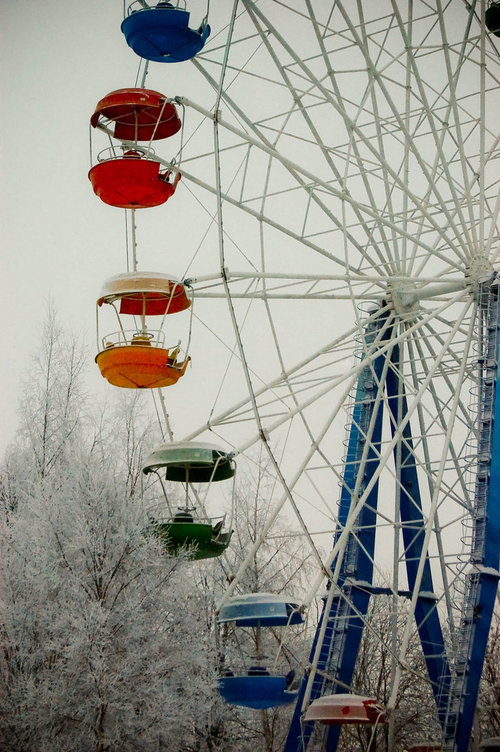 Ferris_wheel_in_winter_by_catouch_large