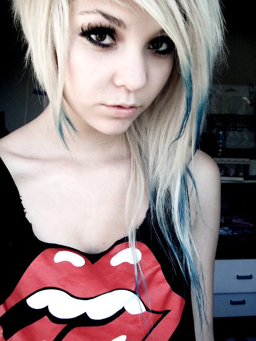 http://data.whicdn.com/images/11325486/alternative-alternative-girl-blue-hair-girl-hair-photography-Favim.com-598211_large.jpg