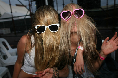 Blonde-crazy-fun-girls-heart-sunglasses-favim.com-86605_large