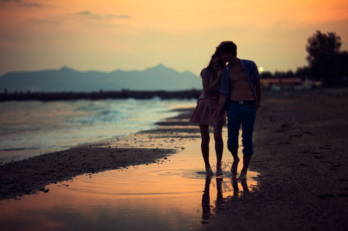 http://data.whicdn.com/images/11496236/beach-couple-cute-love-ocean-Favim.com-91383_large.jpg