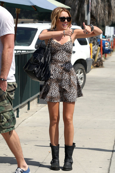 http://data.whicdn.com/images/11688662/Miley-Cyrus-Fashion-and-Style-Handbag9_large.jpg