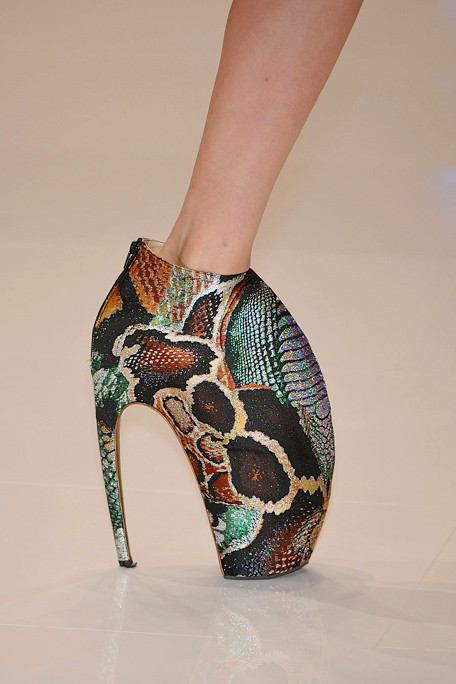 Alexander-mcqueen-detail-spring-fashion-2010-002_runway_large