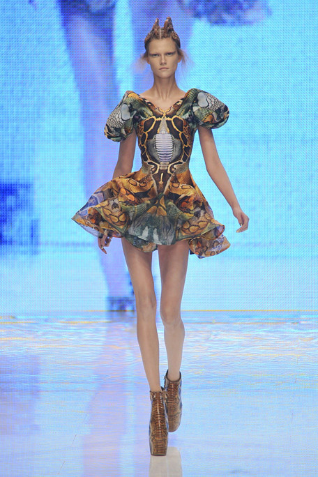 Alexander-mcqueen-podium-spring-fashion-2010-004_runway_large
