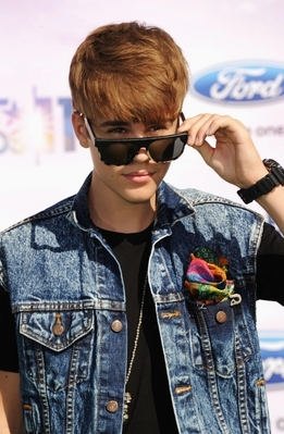 Justin-bieber-bet-awards-2011-5_large