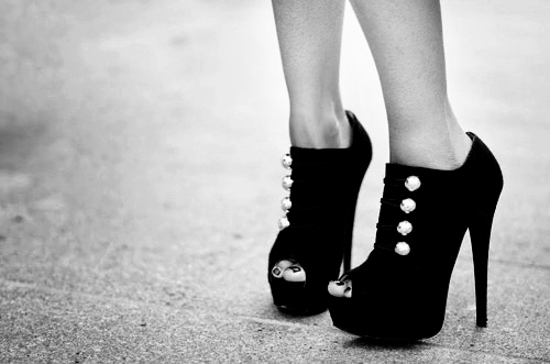 Black-and-white-fashion-girl-high-heels-photo-favim.com-110554_large