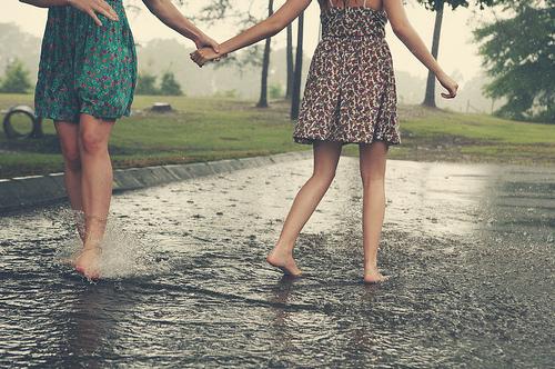 Friends-girl-girls-rain-favim.com-110820_large