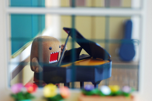 http://data.whicdn.com/images/12303406/domo-domo-amplt3-funny-monster-piano-Favim.com-112230_large.jpg