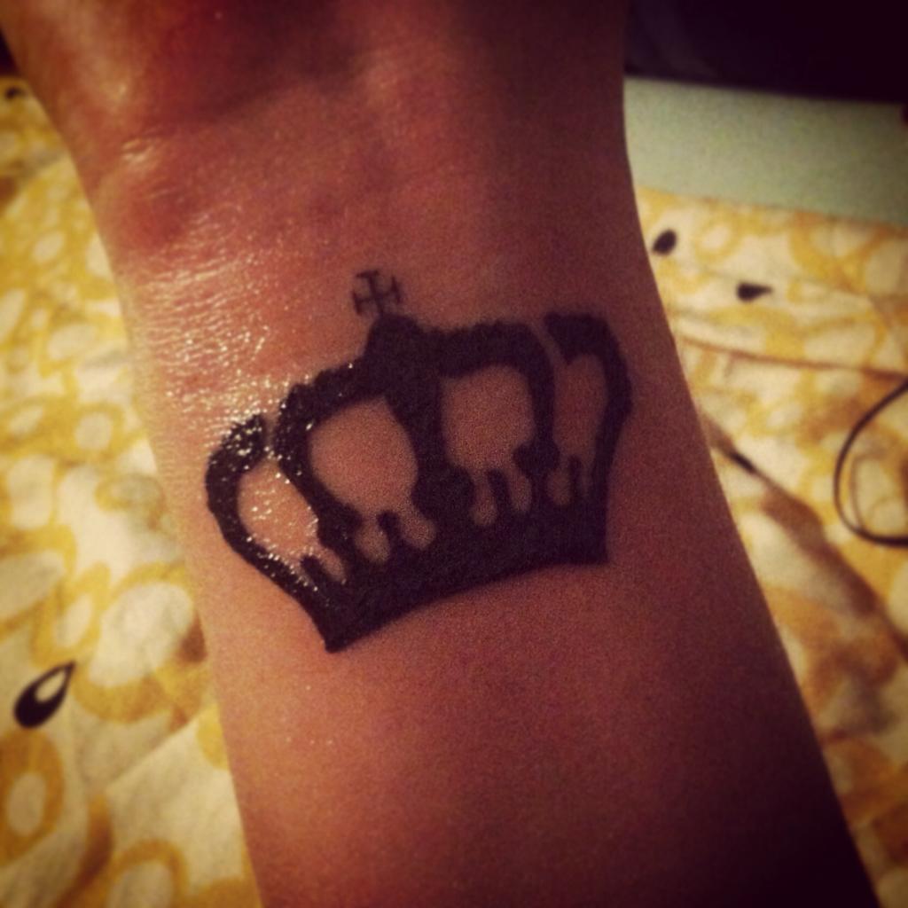 Фото тату корона на руке для девушек фото