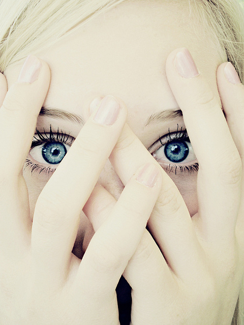 Blonde-blue-eye-girl-hands-favim.com-115309_large