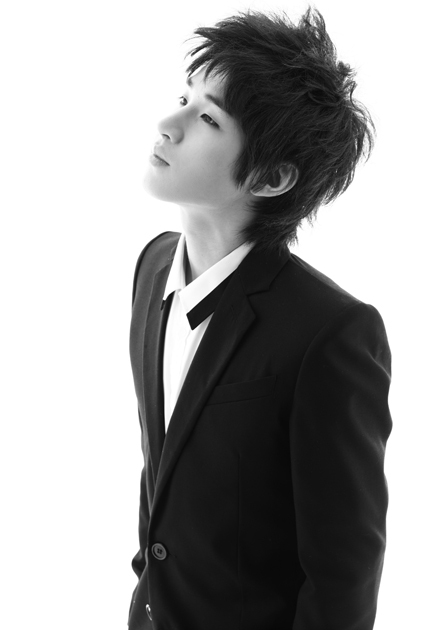 http://data.whicdn.com/images/12652372/super-junior-m-blach-white-henry_large.jpg