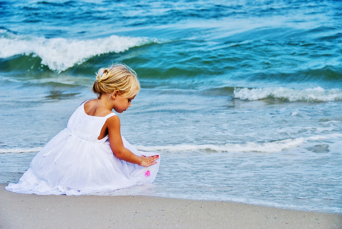 Beach-girl-kid-little-girl-ocean-favim.com-118445_large