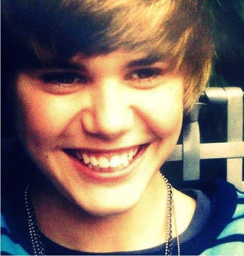 Justin-s-cute-smile-3-justin-bieber-18453353-500-524_large