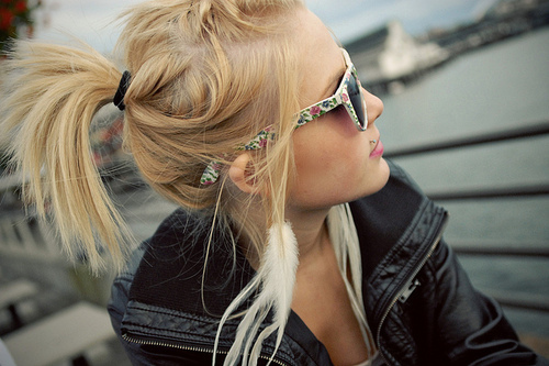 Blonde-feather-girl-okulary-hair-favim.com-125510_large