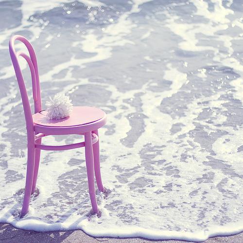 Cadeira-rosa-na-praia_large