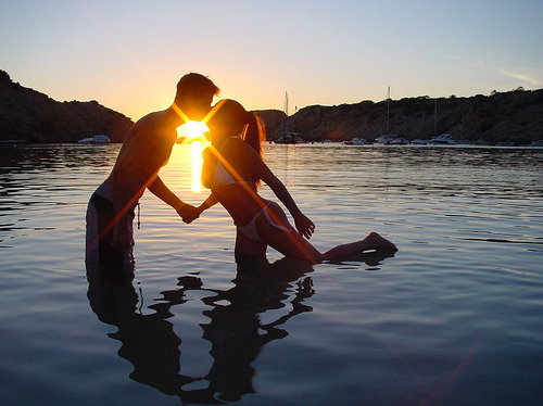Couple-hold-hand-kiss-love-shadow-favim.com-131715_large