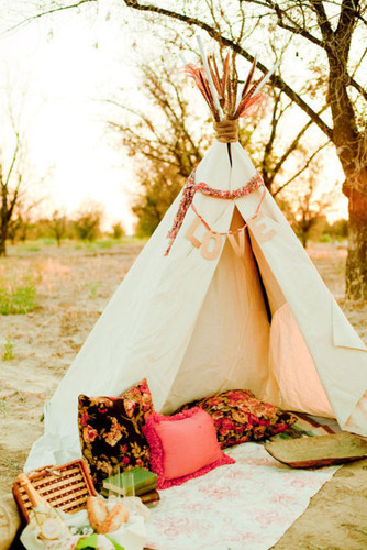 Tent,books,decor,elyse,hall,photography,love,outdoors-3fb7d4dc09e3f9b956f5aab7f713e2af_h_large