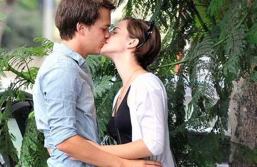 Emma-watson-johnny-simmons-kissing_large
