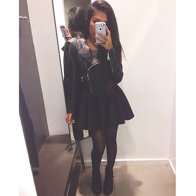 Фото девушки в черном платье без лица
