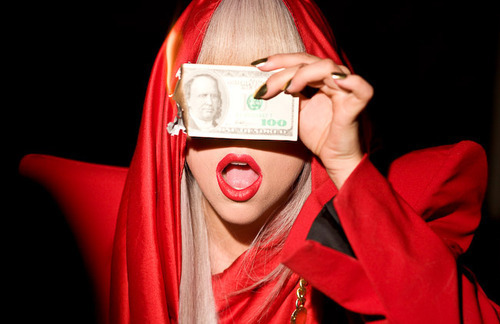fashion fire lady gaga money red Favim.com 151924 large Lady Gaga a Sanremo per 500 mila euro e una villa del Palladio – E scoppia la protesta! %postname%