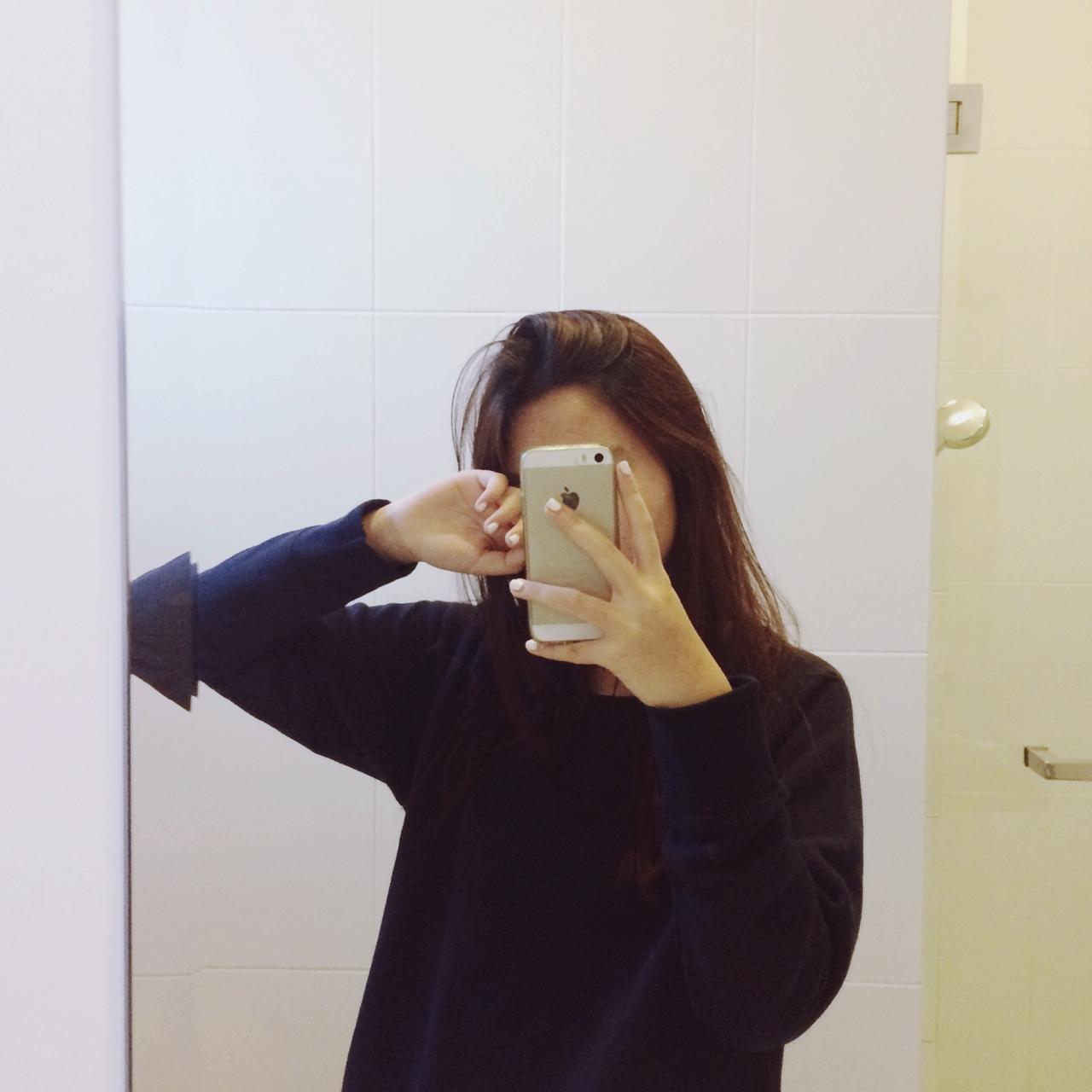 Фото девушек с закрытым лицом на аву с айфоном