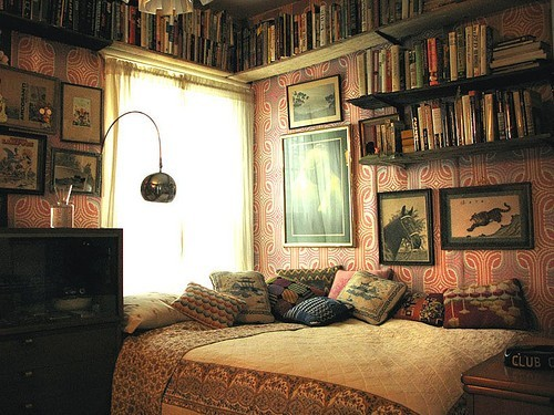 Interiorspinkredvintagebedroombedbooks-fa8de8c6850bc875b89ff94a709db64a_h_large