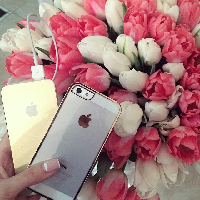 Подарок айфон и цветы