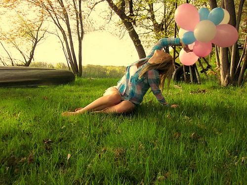 Ballons-blonde-colors-girl-grass-favim.com-185774_large