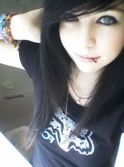 http://data.whicdn.com/images/16531070/cute-emo-girls-pics_seelc_72_large.jpg