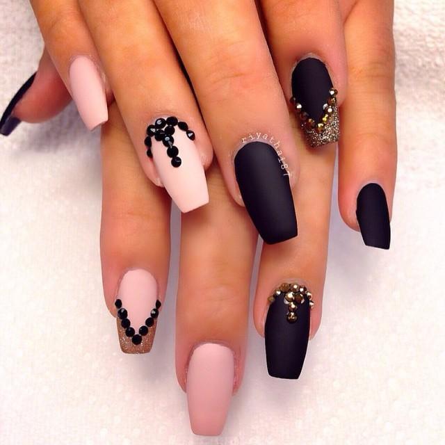Фото ногтей розовые и черный рисунок