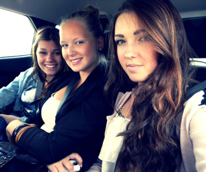 car friens brunnete girls