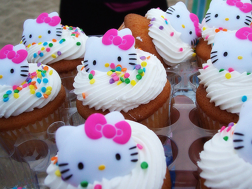 Withe-frosting-hello-kitty-cupcakes-sanrio-food-kawaii-food-blog_large