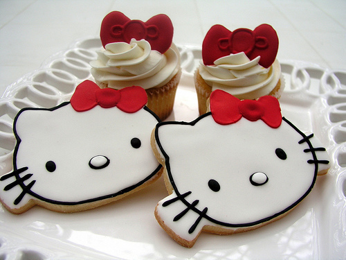 Hello-kitty-red-bow-cupcakes_large