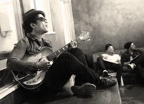 Bruno-mars-guitar_large