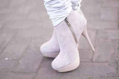 http://data.whicdn.com/images/17390046/girl-heels-white-Favim.com-199922_large.jpg