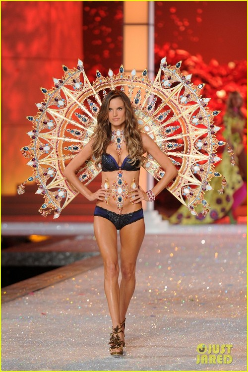Alessandra-ambrosio-vs-fashion-show-2011-12_large