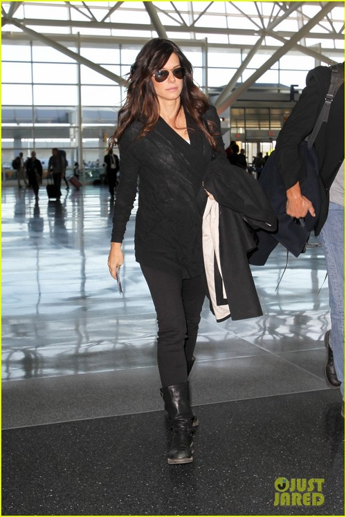 Sandra-bullock-nyc-shopping-airport-01_large
