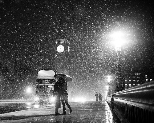 Clock-kiss-love-rain-train-favim.com-207439_large