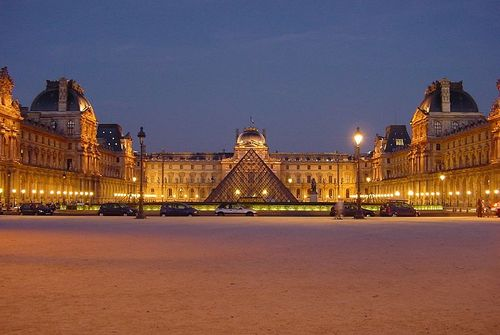 800px-louvre_at_night_centered_large