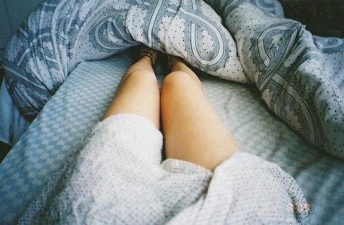 foto-zhenskih-nog-v-krovati