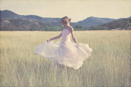 Beautiful-dress-field-girl-grass-favim.com-217549_large