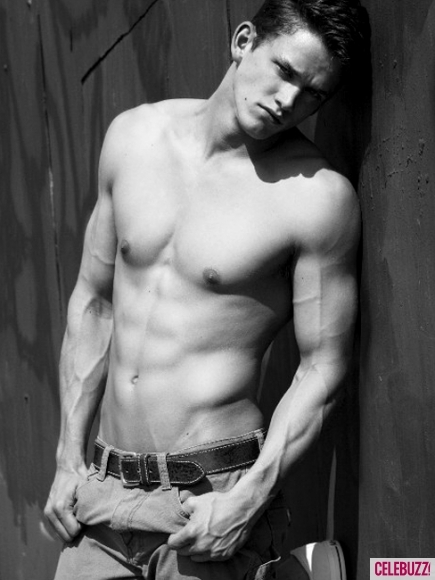 Zach-roerig-shirtless-51-435x580_large