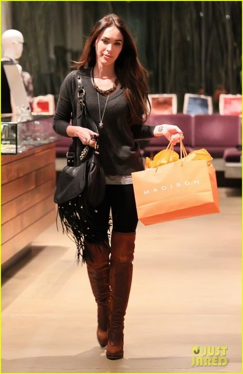 Shopping-at-madison-boutique-em-Los-Angeles-novembro-30-2011-pic79044_large