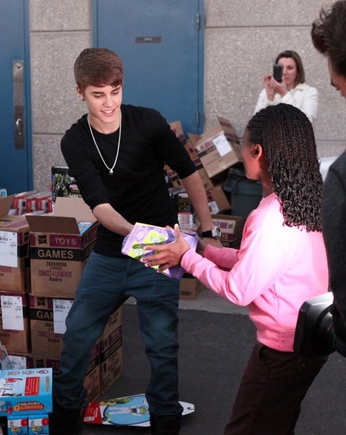 Justin-bieber-handin-toys-to-kids_large