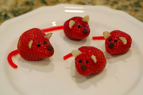 http://data.whicdn.com/images/19904187/cute-food-strawberry-mice_large.jpg