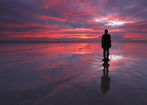 Sunset-on-one-of-gormleys-statues-crosby-beach_large