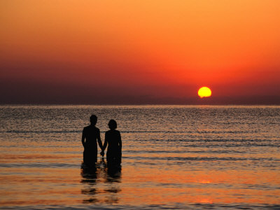 Tomlinson-david-couple-holding-hands-at-sunset-over-the-bay-of-alcudia-mallorca-balearic-islands-spain_large